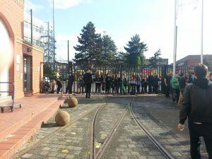 Fans warten hinter dem Zaun auf ihre YouTuber - beim WVP14